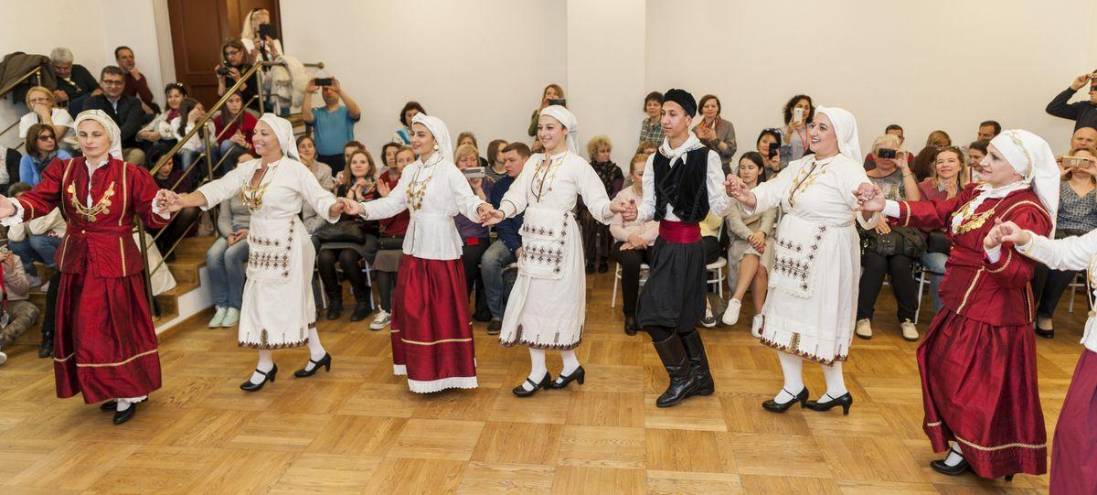 Академия культурных и образовательных инноваций. Выступление детской хореографической группы греков