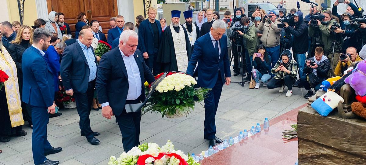 Церемония возложения цветов к памятнику жертвам террористического акта в Бесланской школе №1